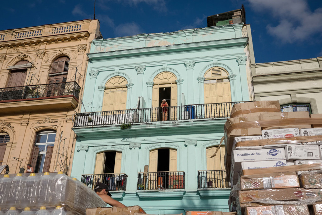 cuba-2016-food-delivery-near-coloured-houses-capitolio-havana